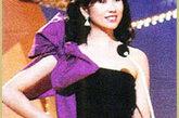"""出身豪门的杨宝玲本应做商界女强人,最终却因选美晋身娱乐界,杨美玲是圈中少有的""""才女"""",这一年的港姐造型首次脱离了旗袍、泳装,杨美玲这款紫色单肩礼服修身可爱,她为港姐选秀造型走出了最大一步。"""