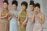 进入2000年后的港姐大赛装扮更加华丽,在2002年得旗袍展示中参赛者就身着华丽的亮片真丝礼服亮相,尽显华丽贵气。