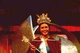 第一届港姐选秀冠军孙泳恩也是在这款深青色泳衣下成名,体现出得稳重成熟将众评委折服。