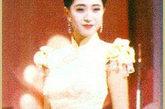 """陈法蓉被冠以""""成熟欲滴""""的美名并不是空穴来风,这款港姐大赛时的造型比起首届港姐冠军孙泳恩的成熟要美艳不少,无论是陈法蓉的造型、表现力还是旗袍的款式,都有了很大突破。"""