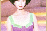 不同于袁咏仪的泳装造型,郭蔼明这款泳装上身设计显得比较保守,但设计感和修身效果还是可圈可点的。