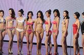 各种款式的泳装齐亮相,在2009年港姐们的泳装造型已经没有同意的穿着,舞台成了展示个性和才艺的平台。