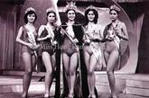 左数:赵雅芝 容朱迪 孙泳恩 刘慧德 邓锦群。 第一届香港小姐选秀获奖者中当属赵雅芝成名最早,虽然只获得了第四名,但是就是这位港姐殿军,却一度成为片酬最高的女明星,并塑造了众多经典形象,当初一件简单朴素的泳装没有过多的设计,这样的造型也最能展现出参赛者的素质。