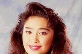 逐渐受到大家关注的港姐大赛名声鹊起,卢淑仪身为1992年港姐冠军展示给众人的是她雍容高雅的一面,华丽的服饰和性感的造型让她看起来自信大胆。