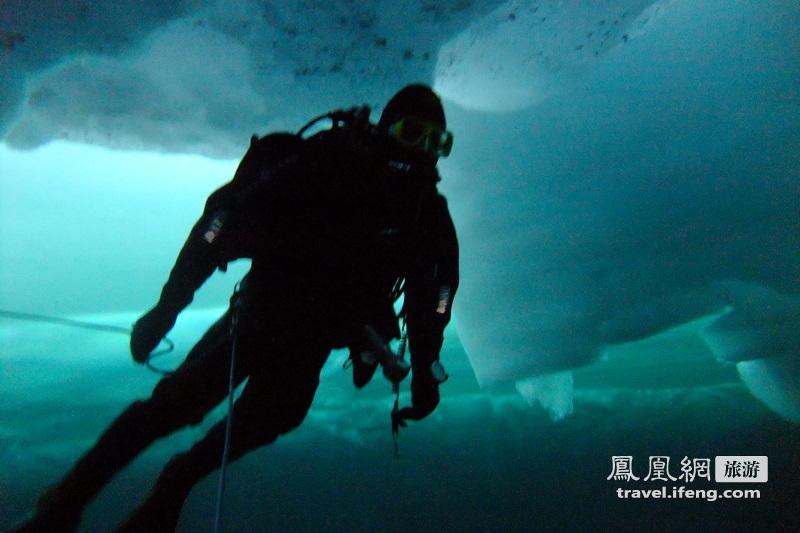 艺高人胆大  北极潜冰实拍