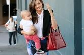 """Prada酒红色手提包在这款搭配中十分抢镜,经典的黑白职业装搭配这款Prada酒红色手提包气场也很强大,米兰达·可儿一改""""经典"""",混搭上牛仔开裂裙的造型让职业装有了不少新意。"""