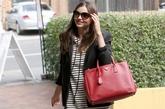 米兰达·可儿最爱的Prada酒红色手提包再次亮相,混搭职业装同样很亮眼,西装的垫肩设计造型感很突出,尖头短靴也是看点之一,这两种单品都能将米兰达·可儿打造的很有强势气场。