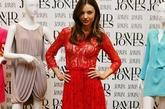 蕾丝+透视 现代感的奢华表现领米兰达·可儿造型很突出,正红色的蕾丝透视裙搭配绑带高跟鞋让两种流行单品都很有关注点。