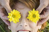"""眼睛该如何保养?切忌""""目不转睛"""",自行注意频密并完整的眨眼动作,经常眨眼可减少眼球暴露于空气中的时间,避免泪液蒸发。多吃各种水果,特别是柑桔类水果,还应多吃绿色蔬菜、粮食、鱼和鸡蛋。多喝水对减轻眼睛干燥也有帮助。保持良好的生活习惯,睡眠充足,不熬夜。保持良好的工作姿势。保持一个最适当的姿势,使双眼平视或轻度向下注视荧光屏,这样可使颈部肌肉轻松,并使眼球暴露于空气中的面积减小到最低。调整荧光屏距离位置,建议距离为50---70厘米。"""