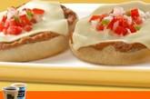 麦当劳松饼 供应地点:墨西哥  这可不是传统意义上的松饼,这是麦当劳国际特供中少数几种完全不加蛋的 产品。取而代之的是炒豆子、奶酪片和pico de gallo,将这些东西覆盖在松 饼上。很赞!