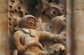在西班牙萨拉曼卡市一个远古大教堂上竟有着神秘的太空人浮雕。这是伊诺尼马斯大教堂,修建于公元1102年。在浮雕上雕刻着神话中的动物和圣徒,令人惊奇的是其上还有一个特殊的图案格外吸引人,这是一个太空人的图案。(来源:凤凰网历史)
