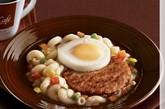 """烟肉蛋通心粉 供应地点:香港  烤肠蔬菜荷包蛋通心粉炖鸡汤。这样""""汤汤水水""""的早餐当然可以考虑配只 烤鸡填填肚子。"""