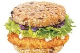 麦当劳米汉堡 供应地区:新加坡  除了没有你所熟悉的小圆面包以外,从牛肉饼到鸡肉饼再到酱料全都和平时 我们所熟知的汉堡别无二致。新加坡人用烤米饼取代了圆面包。