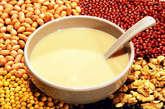 黄豆  黄豆有植物性荷尔蒙,常吃黄豆制品的男人罹患前列腺癌的几率较低。例如常吃黄豆制品的日本男人,罹患摄护腺癌的机率比西方男人低。而且黄豆对改善男性的骨质流失一样有效。
