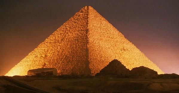 金字塔,它们的历史追溯到4千多年前.考虑到建造者距离法老较近图片