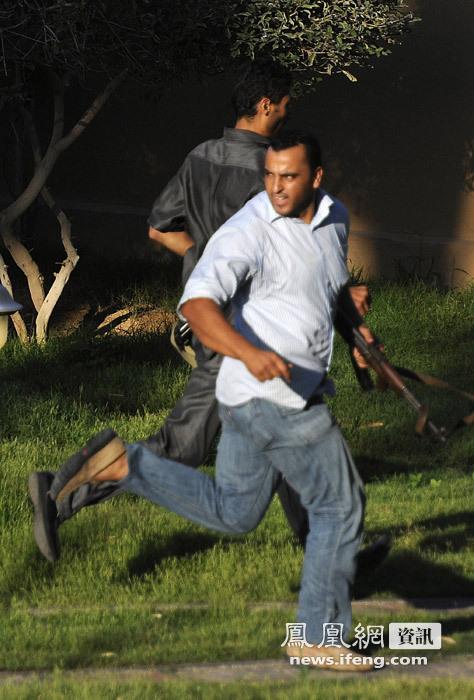 看管保卫记者的卡扎菲士兵逃离酒店