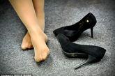 美女挑鞋晾脚视频