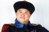 最喜感的和珅,由曾志伟饰演。在《十岁大钦差》中,曾志伟饰演和珅,王刚和他互拍马屁,十分过瘾。