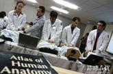 在国外,妇科医生上岗前要经过严格的实习与模拟培训。(来源:环球在线)