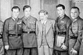 1937年9月14日,苏联向中国出售225架各型军机,同时接受国民政府的提案派遣飞行员,地勤人员,机场建筑师,工程师和机械师以志愿队的身分前来中国协助抗日。图为:苏联援华空军王牌飞行员们(绘画)