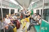 """红衣女上海里地铁跳钢管舞地铁封闭的空间和单调的环境会给人带来一种心理压抑感,而地铁上千奇百怪的行为艺术,姑且不论它的初衷,在一定程度上利于释放这种压抑。不过,""""一位红衣女突然在地铁车厢内狂舞"""",不得不需要考虑一下乘客的心理承受力了。万一会让坐地铁的乘客受到不应有的惊吓,有心脏病的人可能会出现意外,或者把孕妇吓得流产,小孩吓得尿裤子。这便成了所谓的""""行为艺术""""之名,行危害社会治安之实,行为艺术者们,可要谨慎了!"""