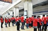 """红衣""""80后""""地铁里演绎公益行为艺术60多个从网上相识的年轻人,聚集在朝阳门地铁站,演绎一场公益行为艺术。候车大厅,大家三三两两的进站,与其他乘客并无异常。当列车驶入时,60多个年轻人纷纷脱下外套,露出贴身的红色T恤,并迅速在候车线外自觉排队。这种自觉行为艺术,展现80后的张扬个性同时,也表现出越来越多的理性和成熟。"""