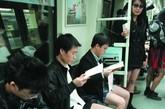 """广州20余男女地铁上演脱裤秀从广州2号线万胜围站开出的地铁车厢里,20余名男女上演脱裤行为艺术。装扮和正常人无异的二十多名参与者走进地铁车厢。他们默契地将长裤脱掉,只剩下短裤或短裙。据了解,这是由素不相识的网友自发组织起来的""""不穿裤子搭地铁""""活动,旨在以此行为艺术倡导低碳生活方式,宣传广州亚运盛会。"""