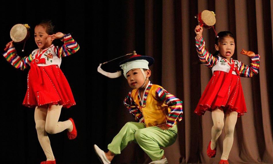 朝鲜罗先市剧院的小演员(组图)
