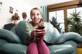 五、不太喜欢看电视  美国马里兰州立大学一项历时34年、涵盖4.5万人的调查发现,最快乐的人看电视时间比普通人少30%。他们把大部分时间都用于经营社交关系、阅读书籍或参加各种活动。