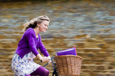 一、再忙也要去运动  丹麦研究人员发现,喜欢慢跑等运动的人,压力水平比久坐者少70%,在生活中也很少抱怨。每天只要抽17—34分钟做适度运动,快乐感会迅速提升。