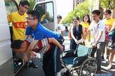 9月4日,父亲将唐旭背下车,放在学校为唐旭准备的轮椅上。新华社记者 裴鑫摄