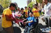 9月4日,唐旭(中)抵达学校后受到上海海事大学师生的欢迎。新华社记者 裴鑫摄