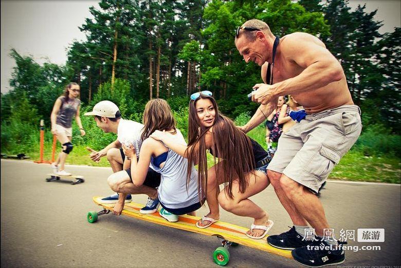 超养眼俄罗斯美女街头玩滑板 旅游频道