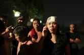 9月7日凌晨,西山华府南门,受伤的女士给朋友打电话,她丈夫受伤严重在医院接受治疗。新京报记者 浦峰 摄
