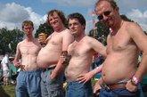 """啤酒肚,又叫""""罗汉肚""""。 随着年龄增长,男性深睡眠阶段减少,由于睡眠质量差,荷尔蒙的分泌会随之减少,荷尔蒙的缺乏使体内脂肪增加并聚集于腹部,而且年纪越大影响越明显。 我们见过很多啤酒肚,但这些超级啤酒肚肯定会让你瞠目结舌。(来源:凤凰网健康综合)"""