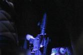 """该无照宝马车系经过改装,前挡风玻璃上放置着一张""""人民大会堂""""的临时车证,而车后座下藏着一把""""冲锋枪""""。据了解,该枪并非真枪。新京报记者 浦峰 摄"""