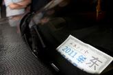 9月7日凌晨,西山华府南门,宝马车前放着一张人民大会堂的停车证。新京报记者 浦峰 摄