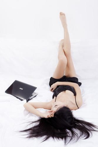 十大给力笔记本代言之:微星模特诱人黑睡衣