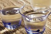 """习惯不正确  坏习惯五:不渴不喝水。国内一项调查数据显示,七成人都是发觉渴了才喝水。殊不知当你感到口渴的时候,你的身体至少已经流失了1%的水分。喝水不是为了解渴,而是让其参与新陈代谢,被人体吸收,长时间缺水会增加血液的黏稠度,诱发心脑血管疾病。同时,越不注意喝水,喝水的欲望就会越低,人就会变得越来越""""干旱""""。所以,不管渴不渴都要及时补水。外出时手里带上一瓶水,随时喝一口;办公室或家里多放上几个水杯,见缝插针,有机会就喝。"""