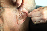 """4、失眠上下耳窝都要按。  失眠,中医称""""不寐"""",它是由心、脾虚弱造成,可按揉下耳窝中的""""心""""、及其上方上耳窝中的""""脾""""两穴位。可将食指放到耳孔处,拇指放到耳的背面捏揉即可。 5、四肢疼痛揉耳轮。耳廓的外周耳轮相当于躯干四肢,颈肩腰腿痛等躯体疼痛患者宜多按压耳轮。"""