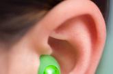 3、打嗝按上耳窝。  上耳窝,即耳甲腔上方的耳甲艇,相当于人的腹腔,按摩此处有助于消化,并有强肾健脾之功。打嗝,中医称为呃逆,就是由于脾胃处虚弱,以及生吃不良食物、暴饮暴食引起的胃气上逆。
