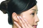 """简单五招捏出健康 耳朵上的穴位比较复杂,但若有头疼、失眠的小病,我们可以自己按摩穴位辅助治疗。  1、牙龈肿痛按耳垂。  耳垂相当于面部,当因""""上火""""导致牙齿、牙龈肿痛,或脸上长小疙瘩时,可以用拇指和食指揉捏耳垂,或者去医院在耳垂上点刺放血,有很好的治疗效果。经常按捏耳垂还能美容养颜。"""