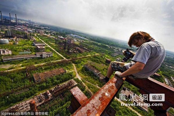 俄少年在上百米高建筑边缘冒险拍摄绝美照片
