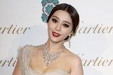 之前在戛纳电影节、巴黎时装周扬威海外的中国女星范冰冰身着ELIE SAAB拖地礼服压轴亮相红毯,红唇娇艳风情万种。