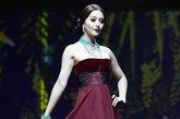 2011年9月18日讯,意大利罗马,奢侈时尚品牌卡地亚(Cartier)全新的高级珠宝系列Sortilege展示会在豪宅奥蕾莉亚别墅(Villa Aurelia) 举行,范冰冰作为卡地亚亚洲区代言人现身,一身高贵红裙配搭翡翠玉饰,衬托雪白肌肤尽显东方美,更破天荒走上T台,客串走秀,大过模特瘾。