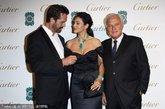 意大利性感女神莫妮卡·贝鲁奇产后身材依旧火辣,露出香肩酥胸性感迷人,和英国帅气演员鲁波特-埃弗雷特(Rupert Everett)一同合照。