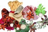 多吃佐料。美国威斯康星大学研究认为,生姜、干辣椒有助于人体驱逐感冒病毒,止咳化痰。美国癌症研究院在不久前透露,大蒜能增强人体的免疫功能。在烹调菜肴时多加点佐料,可使感冒早愈。