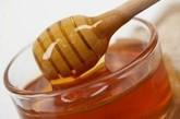 冲服蜂蜜。蜂蜜中含有多种生物活性物质,能激发人体的免疫功能,每日早晚两次冲服,可有效地治疗和预防感冒及其它病毒性疾病。