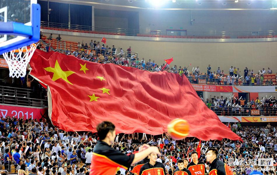 中国球迷举出大幅中国国旗震撼全场.