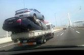 你见过车上有这么多人的吗?你见过这样的车灯吗?如此雷人,只有看了才只知道有多搞笑!(资料图)